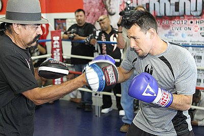 Robert Guerrero ©Tom Hogan - Hoganphotos/Golden Boy Promotions.
