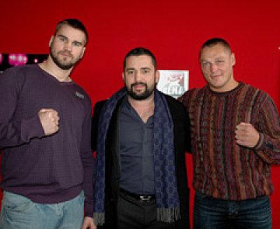 Ahmet Öner (hier mit Stefan Kretschmann und Denis Bakhtov) ©Arena Boxpromotion