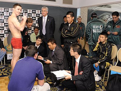 Weigh-in Tajbert vs. Aoh ©JBC.