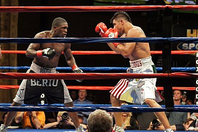 Andre Berto, Victor Ortiz ©Snappa Redley / ONTHEGRiNDBOXiNG.