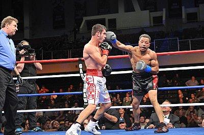 Mauricio Herrera, Karim Mayfield ©Carlos Baeza / Thompson Boxing.