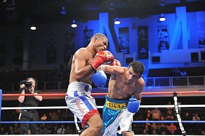 Thomas Dulorme, Luis Carlos Abregu  ©Carlos Baeza / Thompson Boxing.