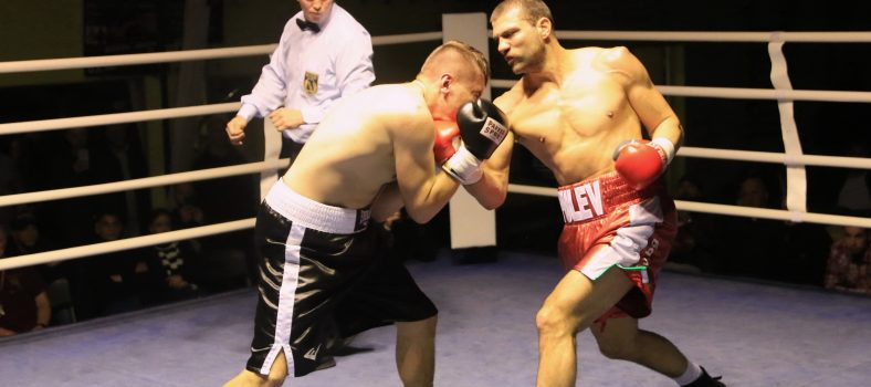Foto Winner Wiking Event-Artsiom Charniakevic (links) und Tervel Pulev beim Weihnachtsboxen