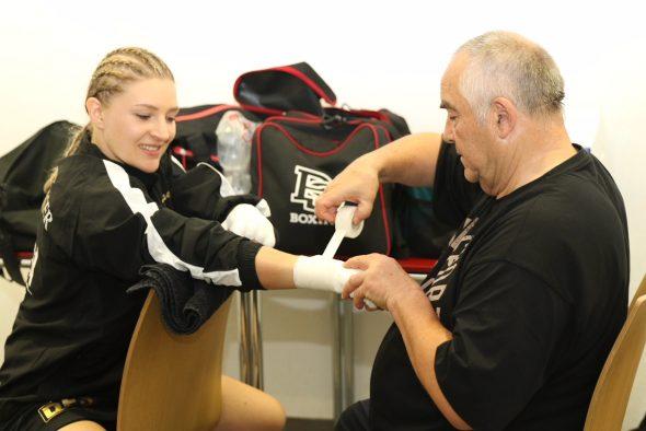 Foto Marco Baumann-Verena Kaiser beim Bandagieren